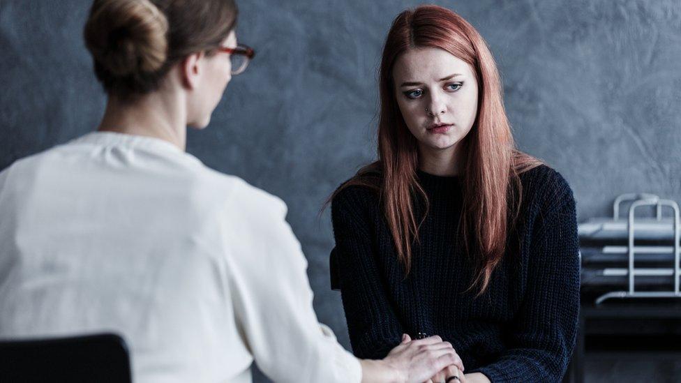 Mujer joven en consulta médica.
