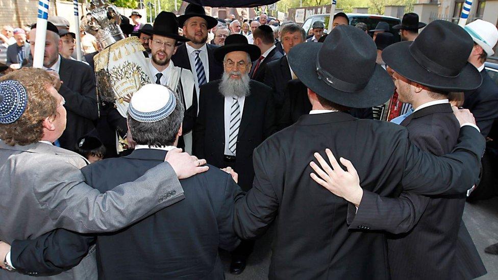 Jevreji ispred sinagoge