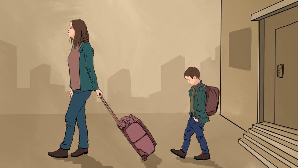 Risunok: Ženщina s sыnom i čemodanom uhodяt iz doma