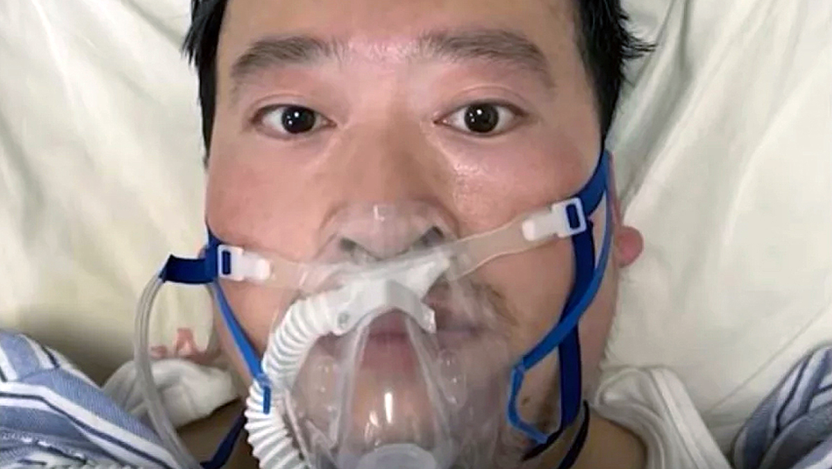 Oftalmologista Li Wenliang na cama do hospital