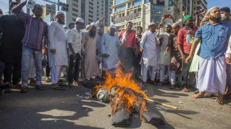 متظاهرون يحرقون مجسماً للرئيس ماكرون