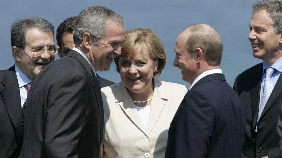 Jun 2007. godine: Uprkos tome što je 21. vek, politikom vladaju muškarci. Ovde vidimo Merkel sa Romanom Prodijem, premijerom Italije, Nikolasom Sarkozijem, predsednikom Francuske, Džordžem Bušem, američkim predsednikom, Vladimirom Putinom, ruskim predsednikom i Tonijem Blerom britanskim premijerom