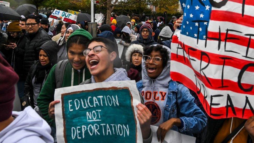 Jóvenes protestando frente a la Corte Suprema en apoyo al programa DACA.