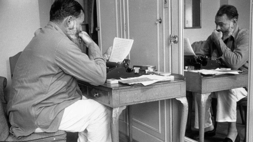Hemingway escribiendo un reporte sobre la Segunda Guerra Mundial.