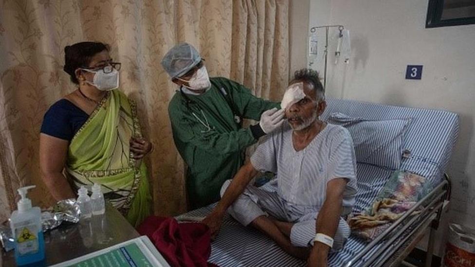 Paciente com olho comprometido por infecção fúngica