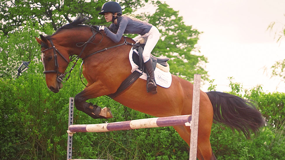 Ashleigh Harley på hesten hennes