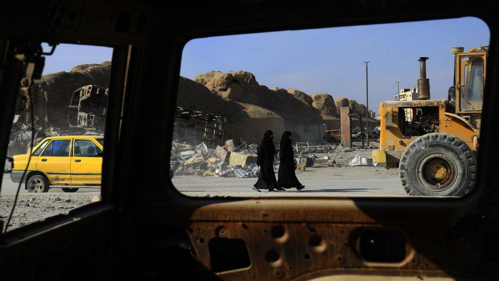 Dos mujeres caminan por las calles de Raqqa, en Siria.