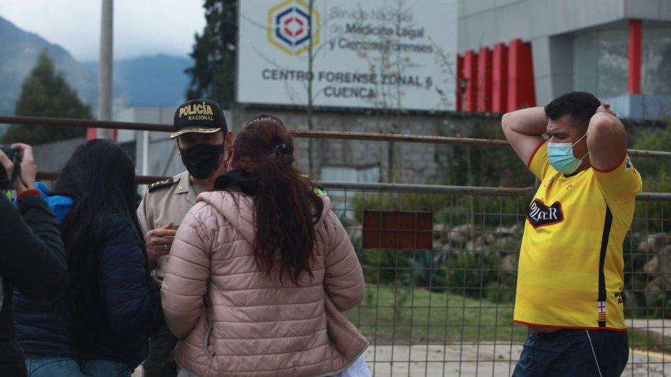 Familiares de presos esperan noticias en el Centro forense de Cuenca