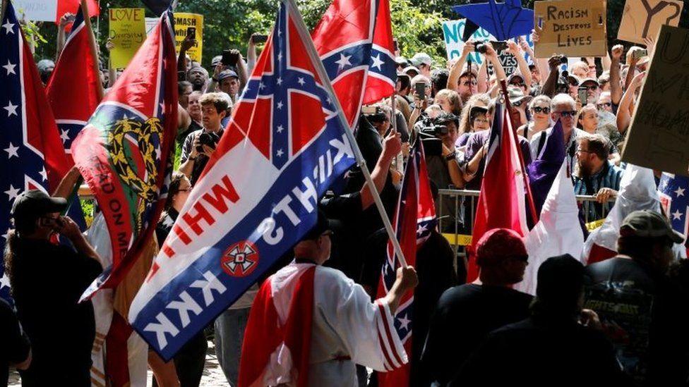 Representantes del Ku Klux Klan ondeando banderas confederadas en Charlottesville, Virginia 2017