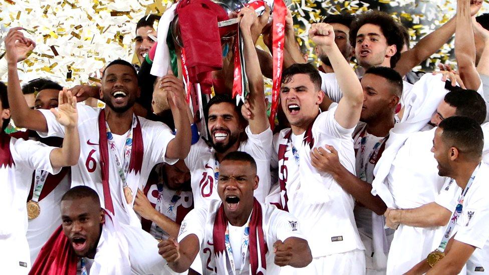 المنتخب القطري يحتفل بفوزه ببطولة آسيا في ابو ظبي