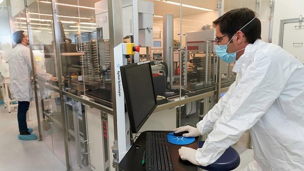 Cientistas trabalham num laboratório