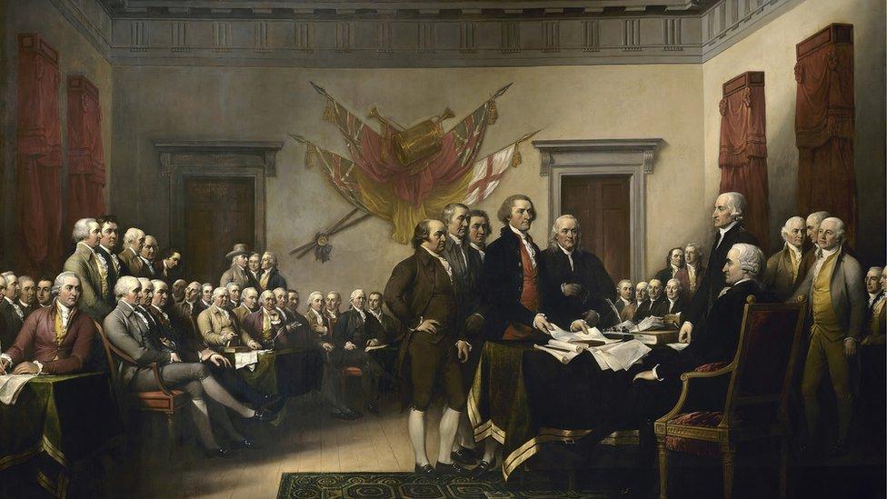 Pintura de líderes presentando la Declaración de Independencia que muestra a Thomas Jefferson, John Adams, Roger Sherman, Robert Livingston y Benjamin Franklin.