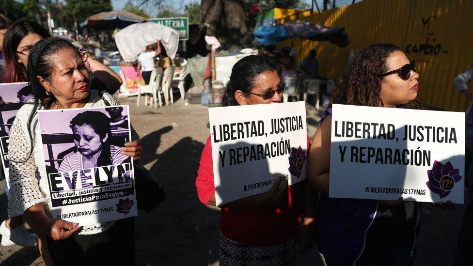 Familiares y activistas a las afueras de la carcel donde se encontraba Evelyn.