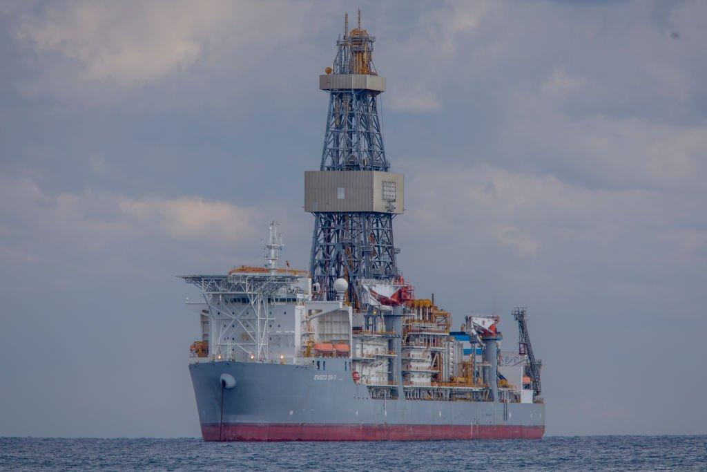 Un barco perforador de pozos petroleros