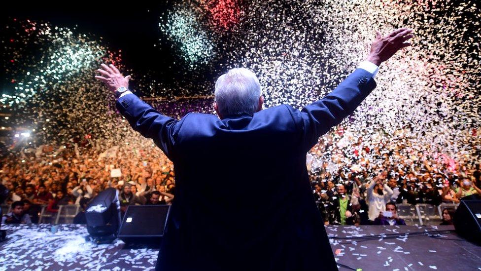 Andrés López Obrador ed espaldas ante una multitud reunida en el Zócalo.