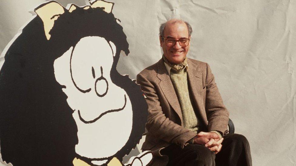 Quino con un dibujo gigante de Mafalda.