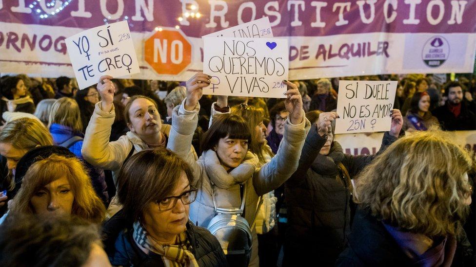 من الاحتجاجات النسوية إحياء لليوم العالمي للقضاء على العنف ضد المرأة العام الماضي