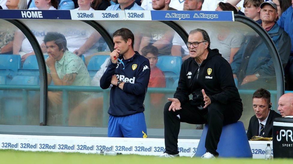 El balde que Bielsa usa para sentarse durante los partidos ha sido un tema de discusión que rivaliza con el gran arranque del Leeds.