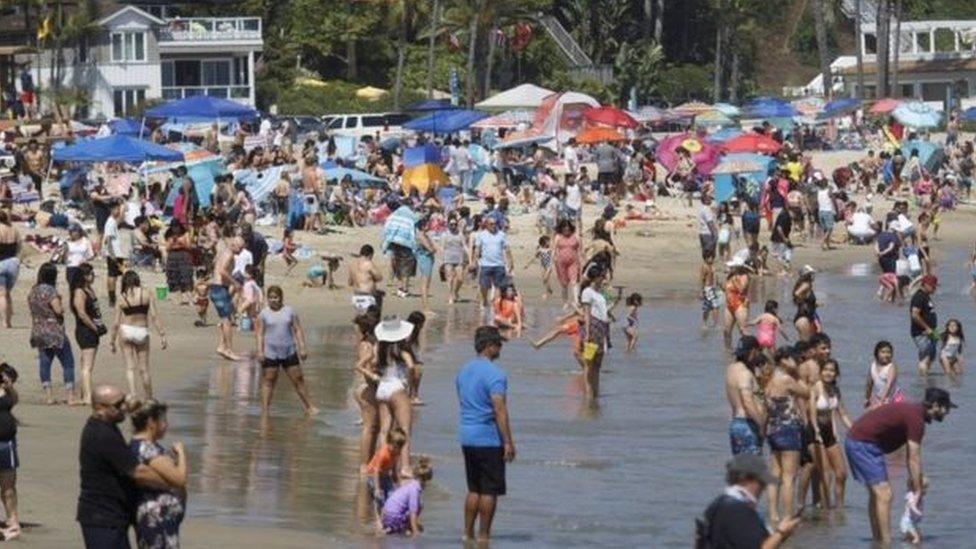 بعض الأمريكيين توجهوا في ولاية كاليفورنيا إلى شاطئ نيوبورت.