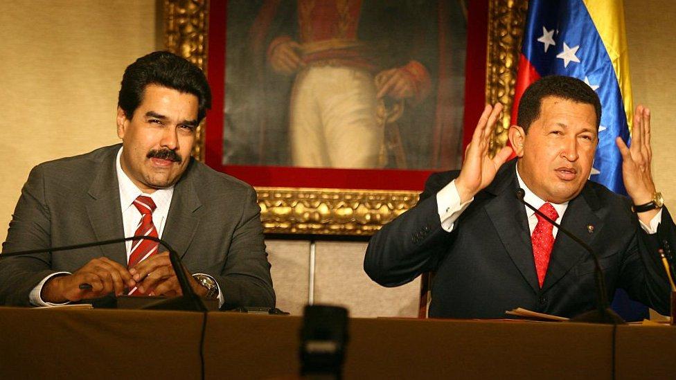 الرئيس الفنزويلي الراحل هوغو تشافيز (إلى اليمين) مع وزير الخارجية الفنزويلي نيكولاس مادورو قبل أن يصبح رئيساً للبلاد