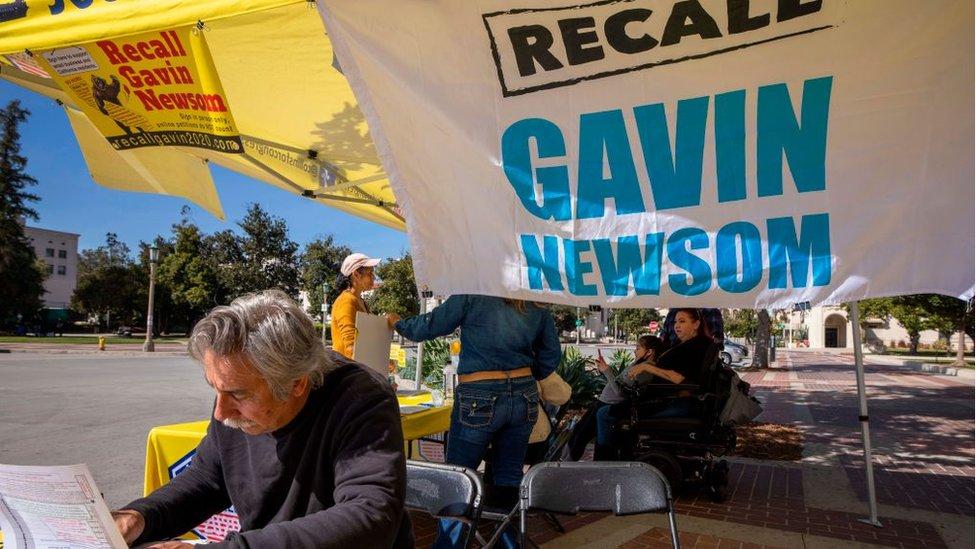 Un hombre firma una petición para llamar a un referendo revocatorio contra el gobernador de California, Gavin Newsom. Febrero de 2021.