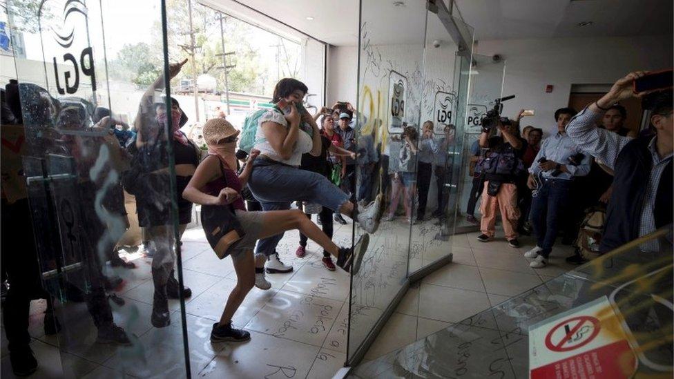 Mujeres derriban una puerta en la PGJ