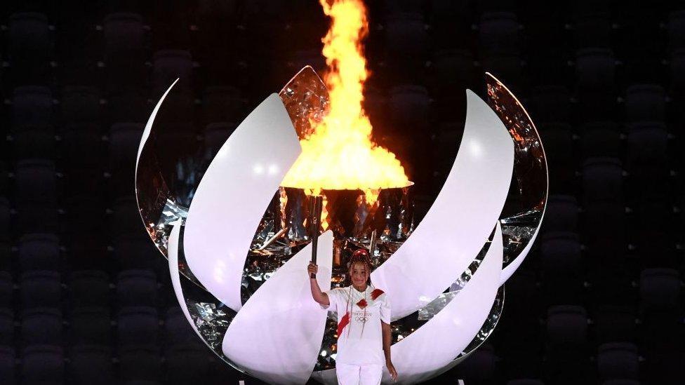 Naoimi Osaka en el pebetero olímpico