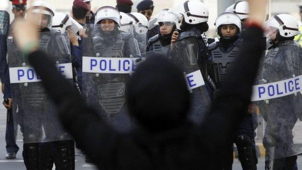 اتهمت الشرطة البحرينية بانتهاك حقوق الإنسان وتعذيب المتظاهرين المحتجزين لديها