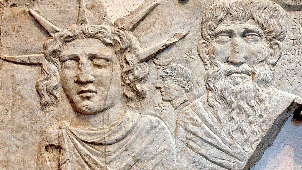 Sol Invictus (Sol Invicto), Luna y Júpiter Dolichenus. Mármol. 2do siglo d.C. Las Termas de Diocleciano. Museo Nacional Romano. Roma, Italia.