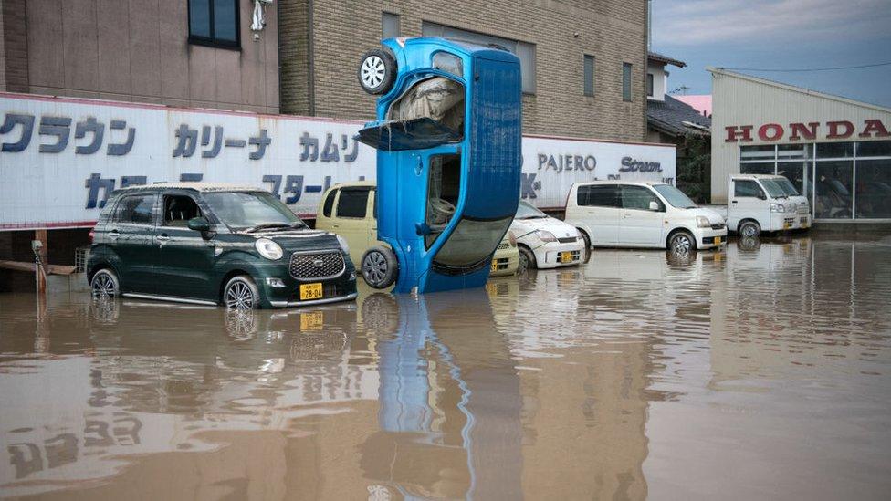 Coche volcado en inundaciones en el oeste de Japón.