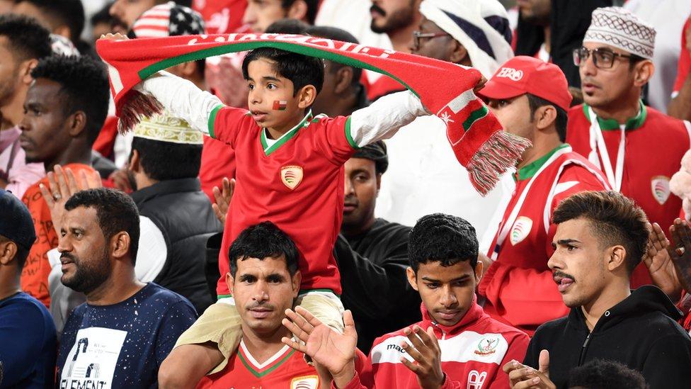 المشجعون العمانيون اثناء مباراة منتخبهم أمام إيران