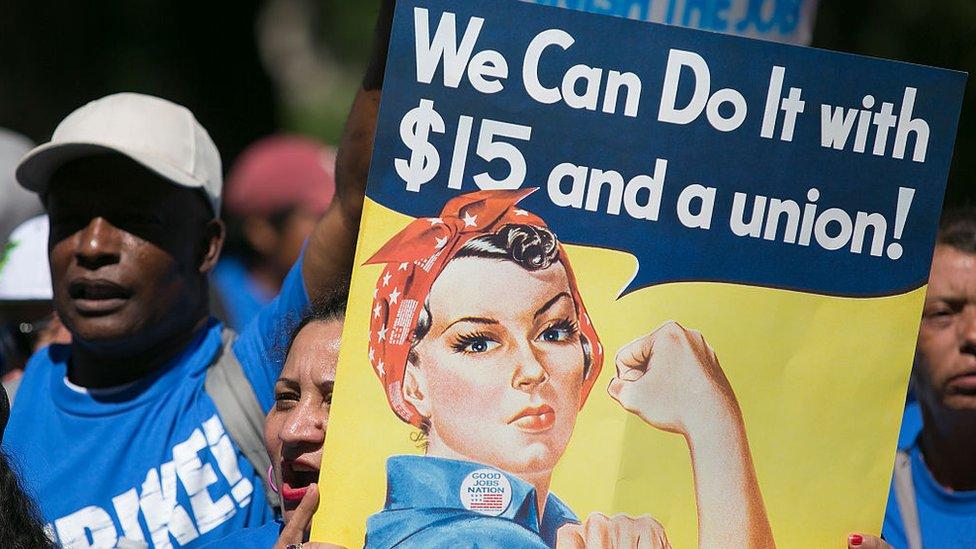 Manifestantes que exigen un salario mínimo de US$15.