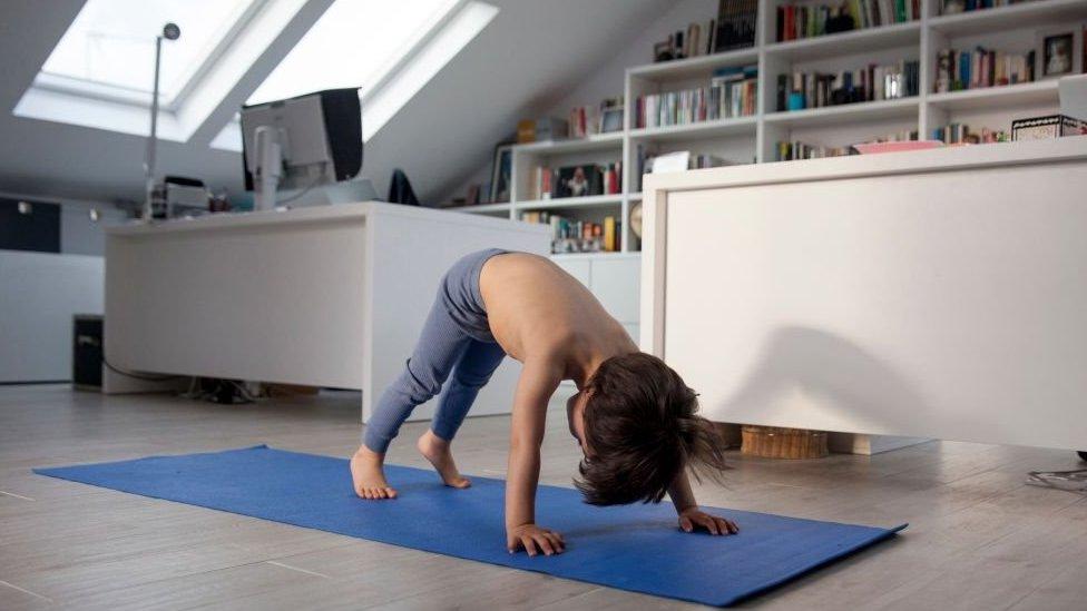 Niño haciendo yoga en casa