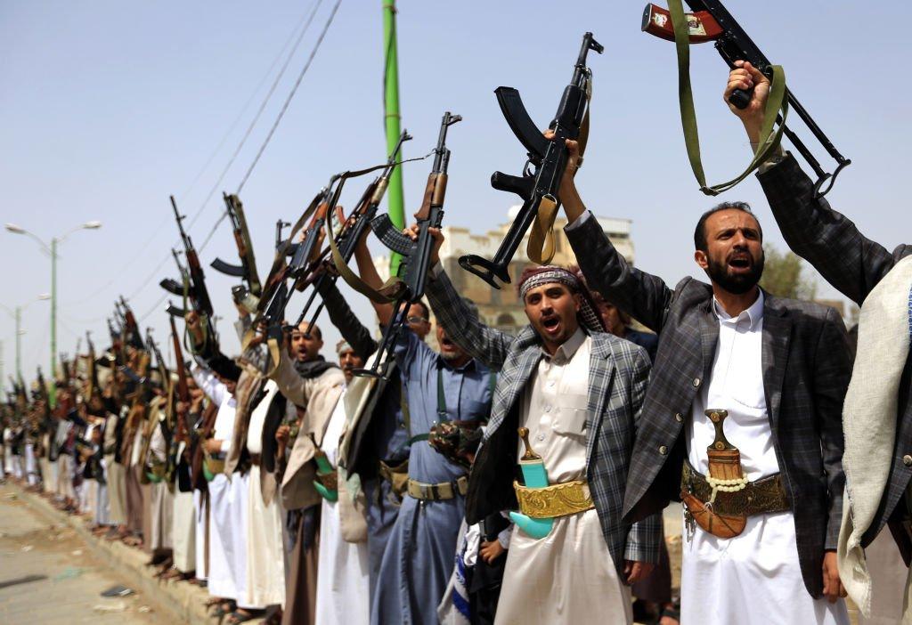 Hadi'nin reformlar ve iktidarı paylaşmaya yönelik adımları atmaması üzerine İran destekli Husilerin, ordu içinde devrik lider Salih'e bağlı güçlerin desteğiyle 21 Eylül 2014'te başkent Sana'yı ele geçirmesi, Suudiler ve Amerikalıların iktidar planlarını bozdu.