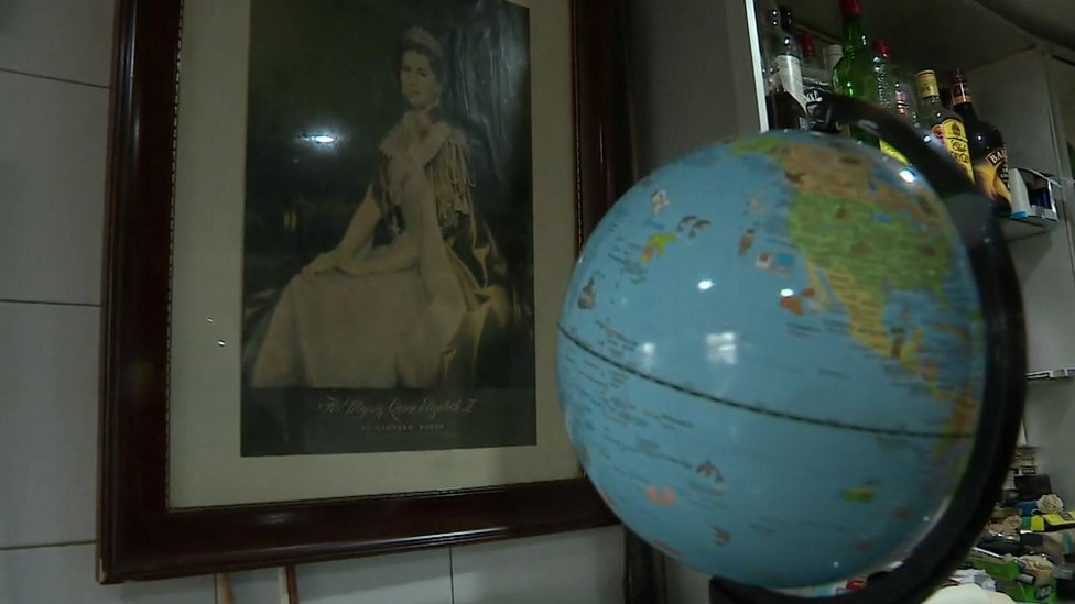 Globe and a picture of the Queen