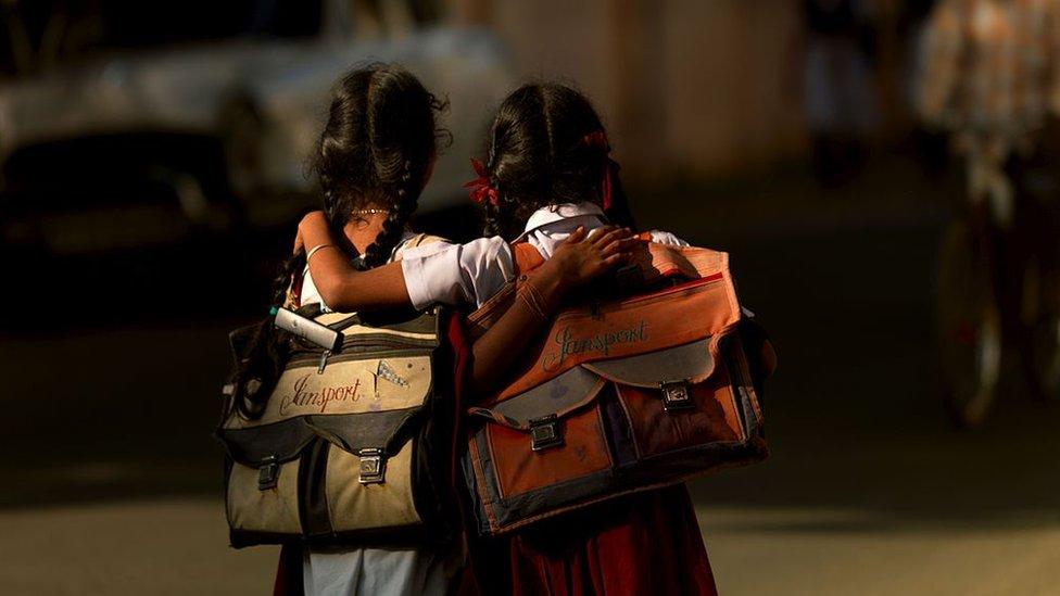 Hindistan'ın Pondichery bölgesinde okula giden çocuklar