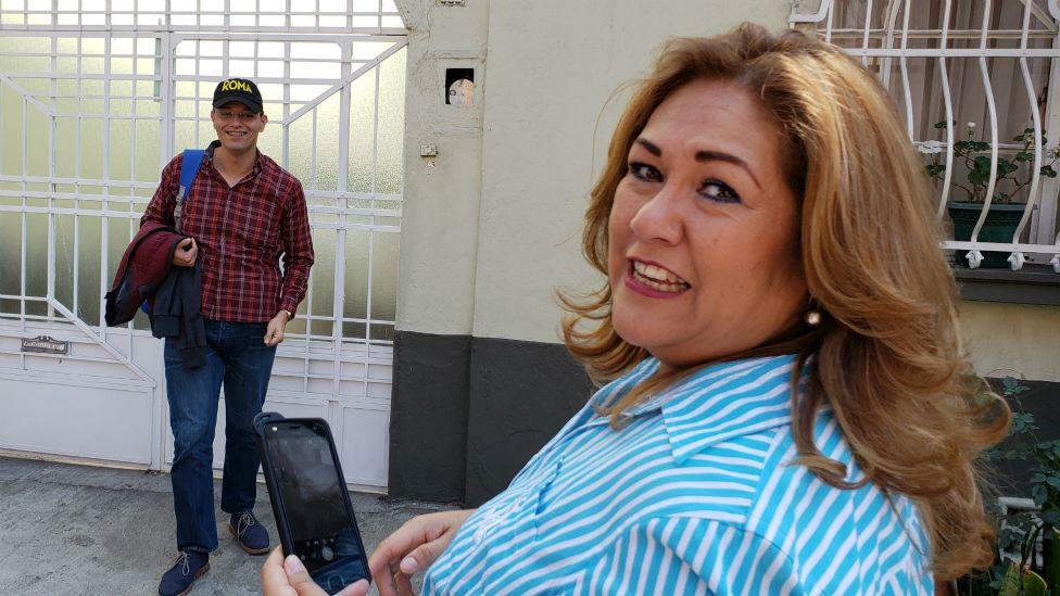 """""""Es la misma casa de la película, es asombroso"""" dice Lourdes Navarro al conocerla."""