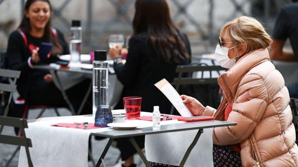 Коронавирус в мире: Италия бастует против ограничений; Санта не получит прививку; новое
