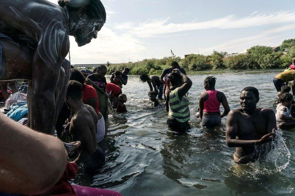 Migrantes que buscan asilo en EE. UU. Se bañan en el río Grande cerca del Puente Internacional entre México y EE. UU., Donde esperan ser procesados, en Del Rio, Texas, el 16 de septiembre de 2021.