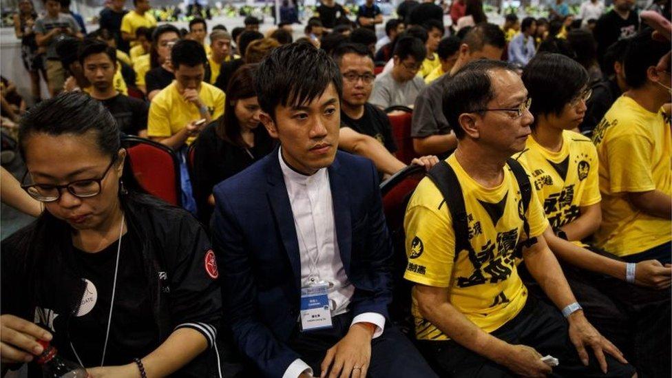 鄭松泰(中)在立法會選舉點票中心內等候選舉結果(5/9/2016)