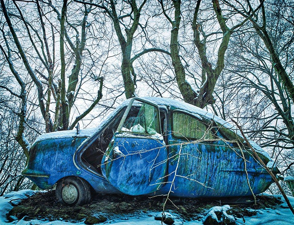 Mobil yang ditelantarkan di hutan yang bersalju