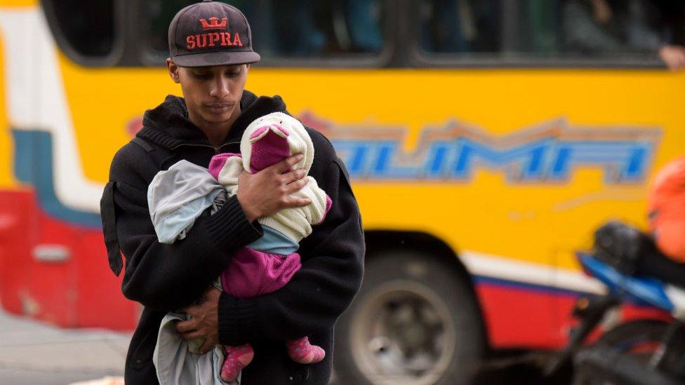 Venezolano con su hijo