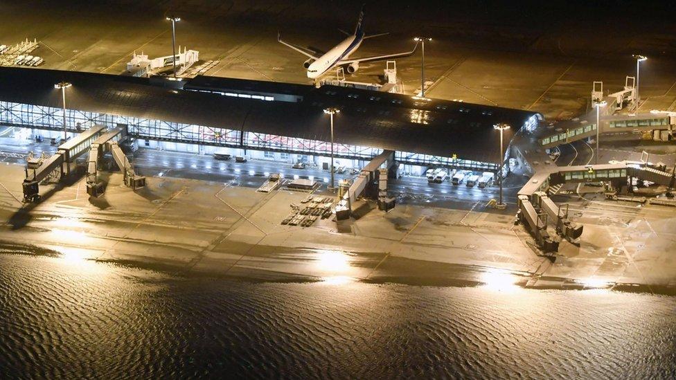 Poplave su pokrile i pistu na aerodromu Kansai internešnal u Osaki, koja je izgrađena na veštačkom ostrvu u uvali.