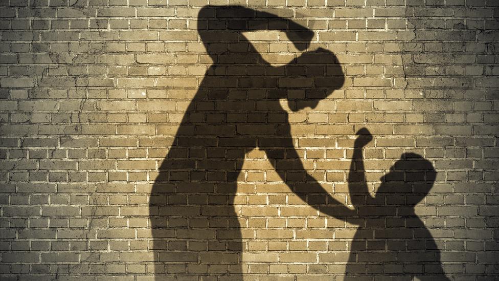 Sombras de dos personas representando abuso.