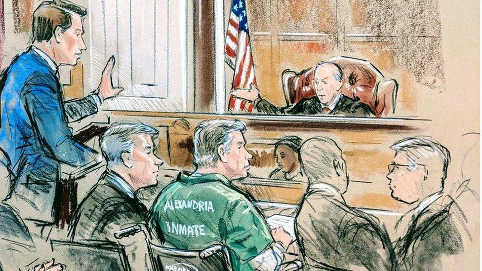 Manafort asistió a la Corte en silla de ruedas y con un uniforme verde de prisionero.