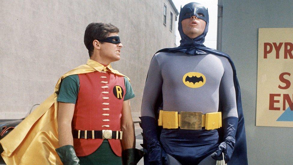 Američki glumci Burt Vard i Adam Vest u ulogama Betmena i Robina 1960-ih