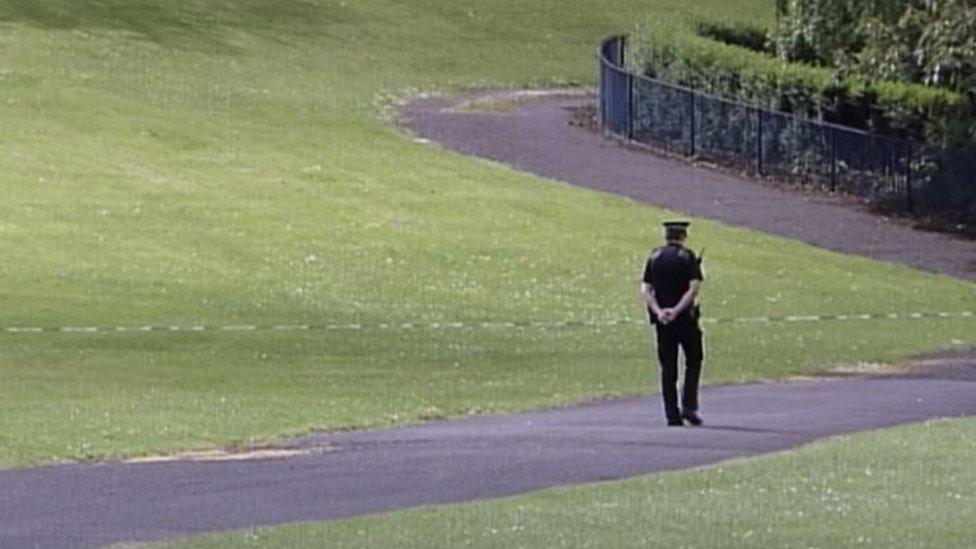 Un policía en la escena del crimen.