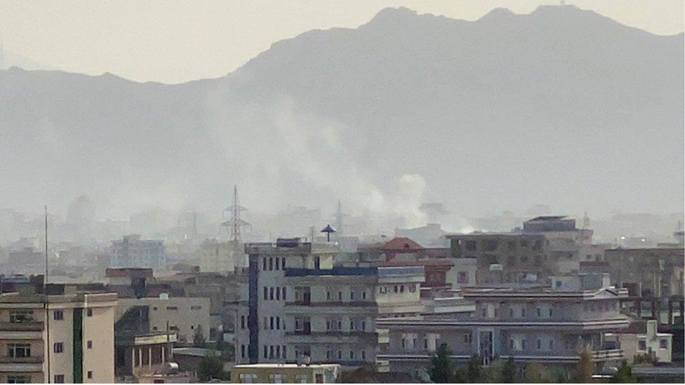 انتشار الدخان فوق موقع الانفجار قرب مطار حميد كرزاي في كابل