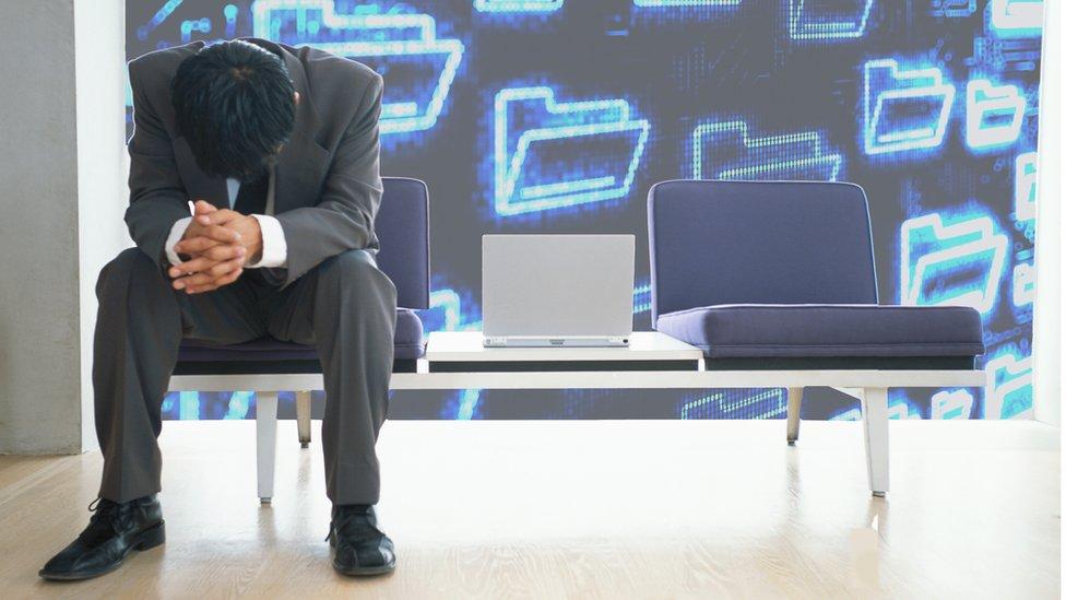 Un hombre sentado en una oficina