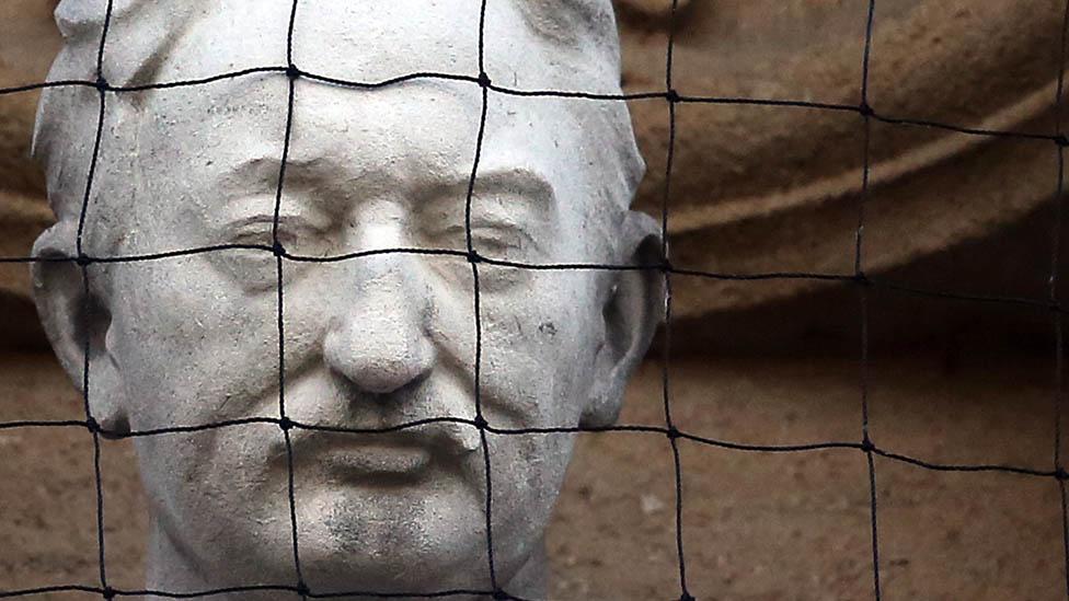牛津大學奧利爾學院的西塞爾·羅茲雕像
